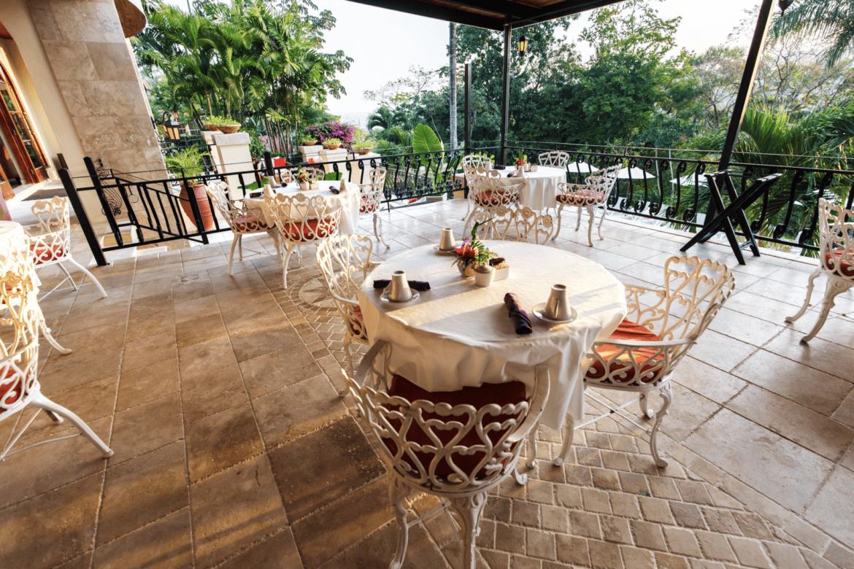 running w restaurant outdoor dining belize san Ignacio resort